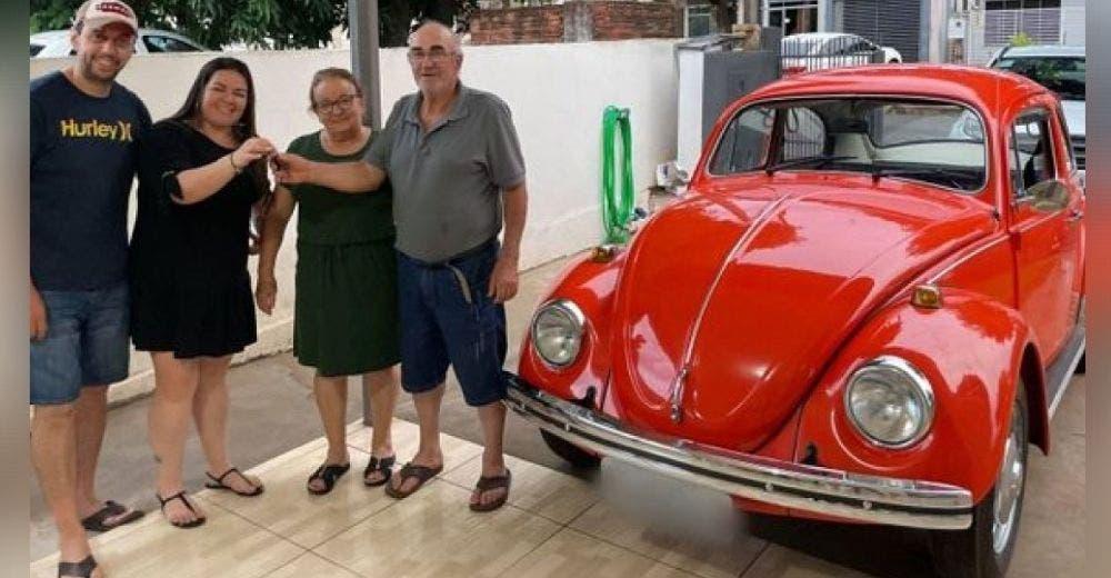Cuando abre la puerta encuentra el primer auto que tuvo y a su familia reunida 22 años después