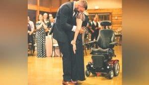 Una amorosa madre con ELA se levanta de la silla de ruedas para bailar con su hijo en su boda
