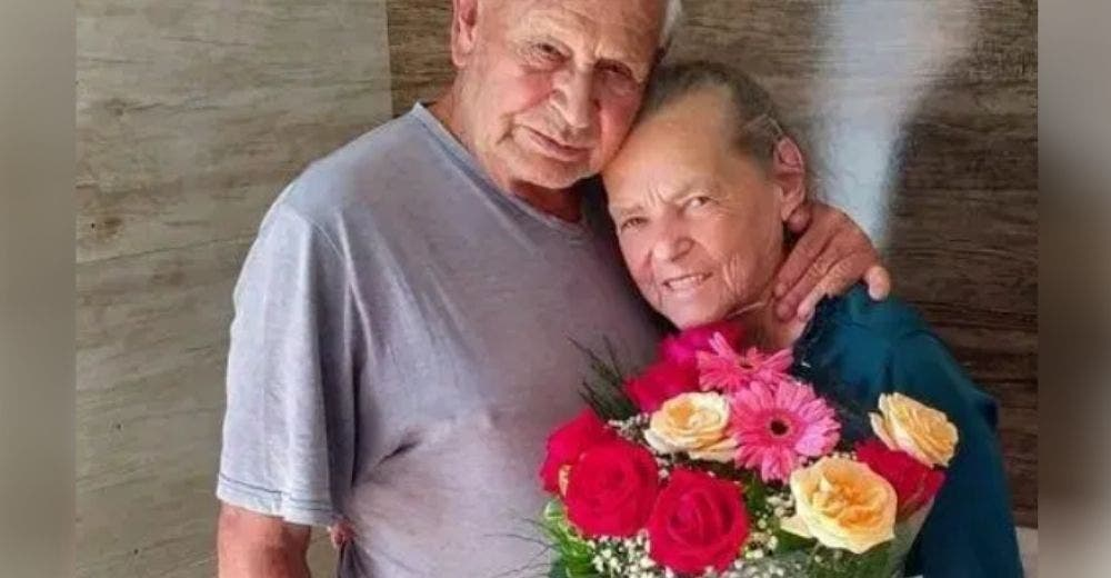 Le da flores a su esposa con Alzheimer con la esperanza de que lo reconociera y termina llorando