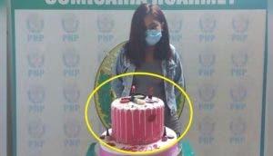La detienen mientras celebraba su cumpleaños y le piden que pose junto a su pastel