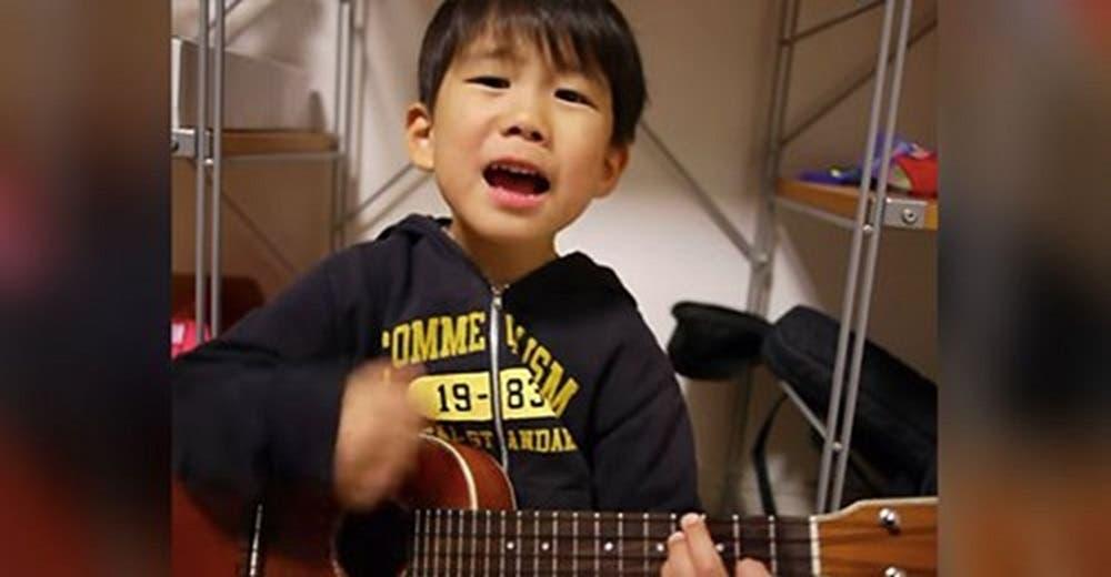 El video de un niño de 5 años tocando el ukelele roba corazones, hasta que abre la boca
