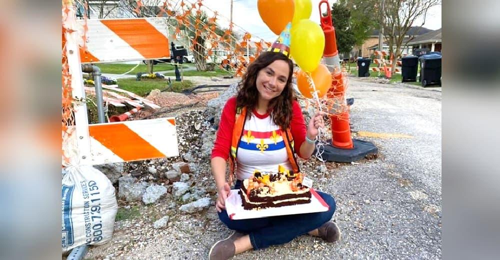 Se planta en la calle a celebrar con un pastel de cumpleaños ante el asombro de los vecinos
