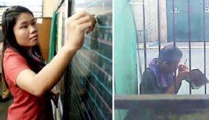 Un humilde hombre escribe en su libreta mientras escucha la clase de la maestra desde la ventana