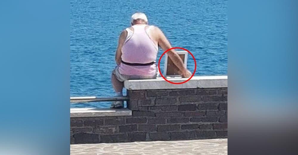 Desconsolado, un hombre de 74 años llora cada día frente al mar con la foto de su esposa