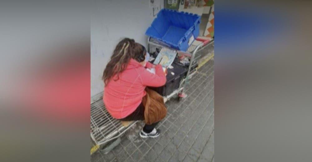 En plena calle una niña de 10 años intenta estudiar a distancia mientras trabaja