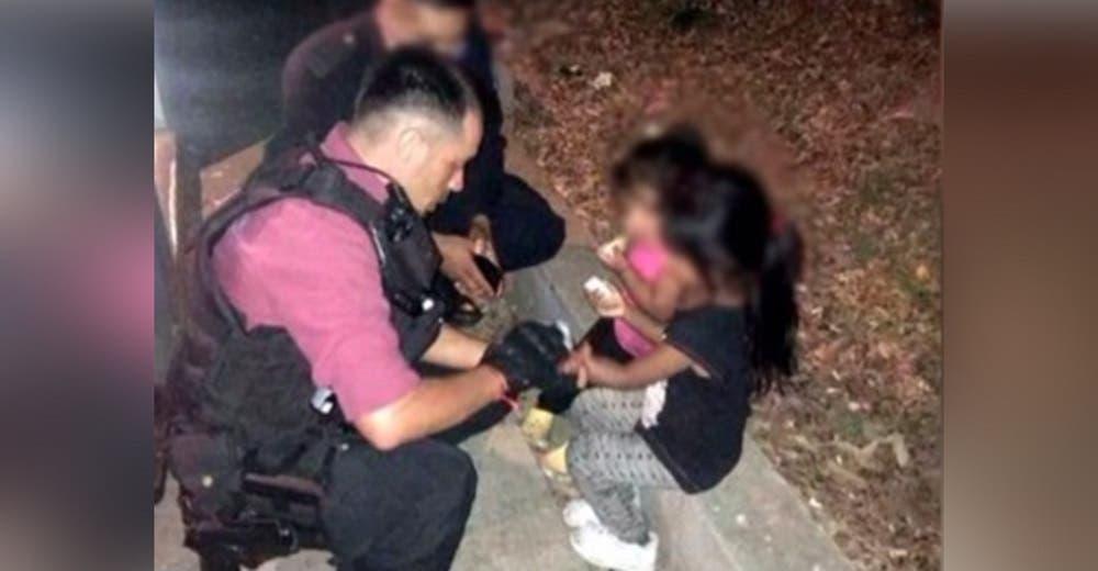Policías actúan al ver a dos niñas de 4 y 2 años arriesgando su vida en una peligrosa avenida