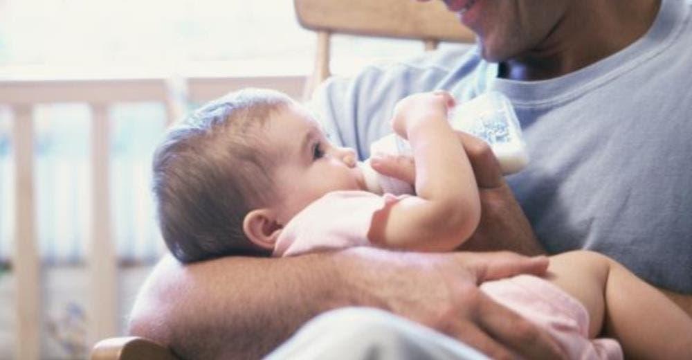 Un padre es señalado por fabricar una leche especial para su bebé porque quiere que sea vegano