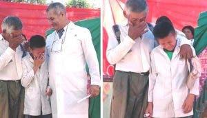 Camina 6 kilómetros cada día a la escuela con su abuelo y al recibir su diploma llora de alegría