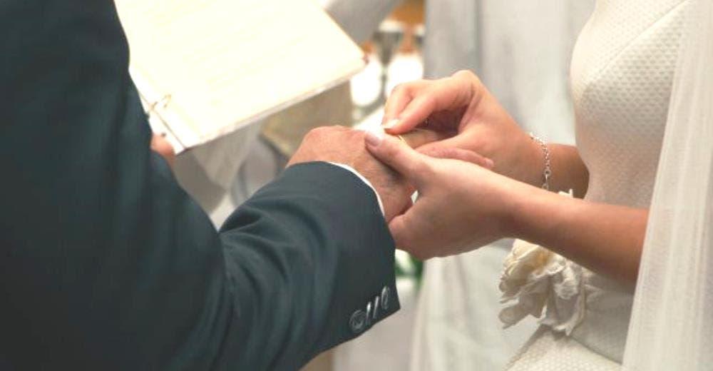 Se conocen en Twitter y 8 meses después celebran su boda ante las duras críticas de todos