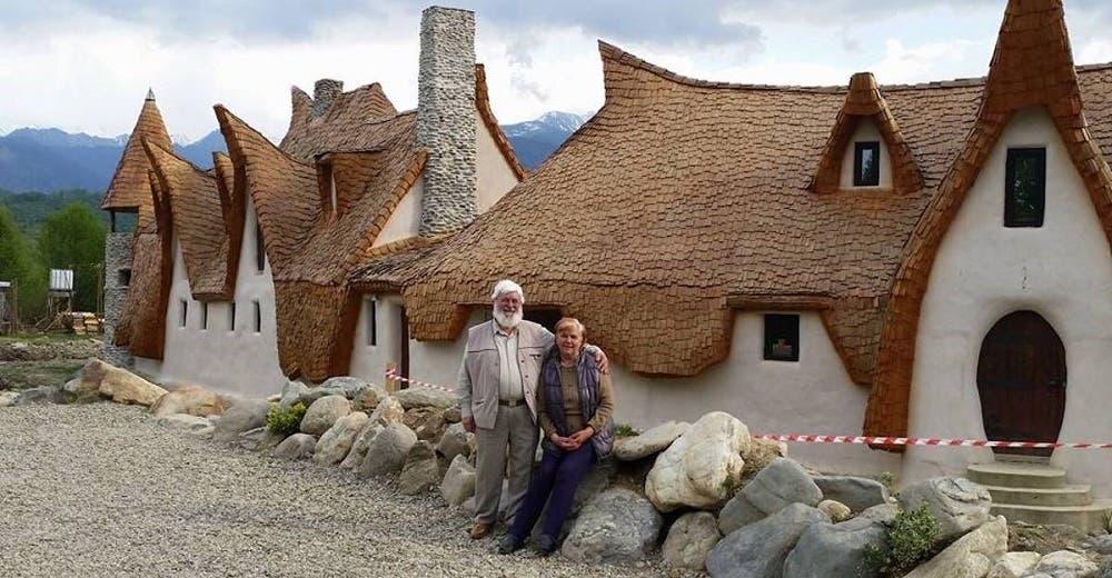 Una pareja de abuelitos vende lo que tenía para construir un castillo con materiales orgánicos