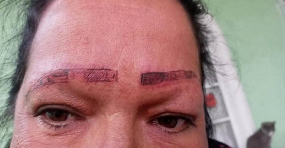 Acude a un centro estético para tatuar sus cejas y sale indignada y con el rostro dañado