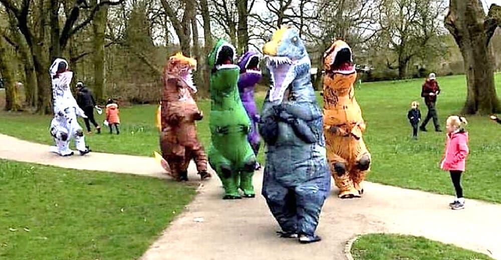 Se visten de dinosaurios para acercarse a los niños y un vecino llama alarmado a la policía