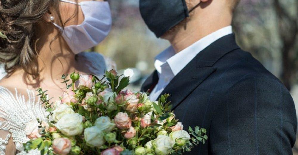 Se niega a asistir a la boda de su sobrina y le devuelve la invitación completamente indignada