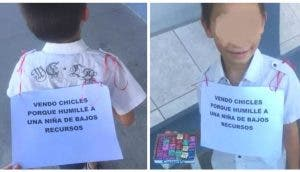Se ríe de una niña humilde y su tía lo hace vender dulces con un cartel durante algunas horas