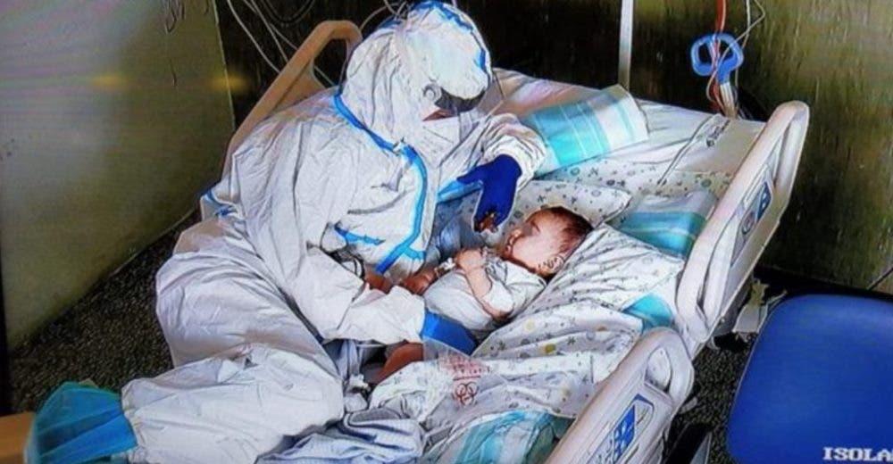 Entra a la habitación de un bebé de 7 meses en estado crítico sin saber que la veían