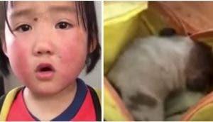 Una adorable niña acude a la escuela intentando ocultar en su mochila al cachorrito que rescató