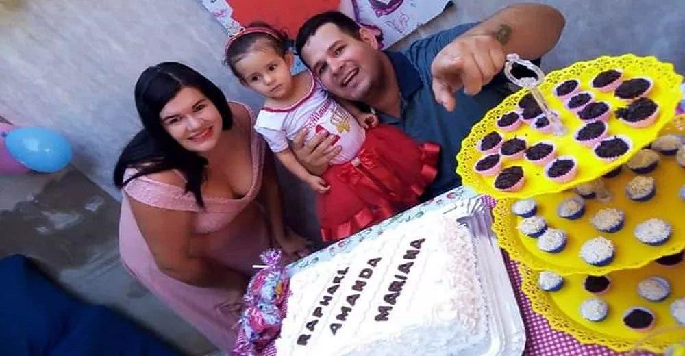 Una pareja y su hija celebran su cumpleaños el mismo día y acusan a sus familiares de tacaños