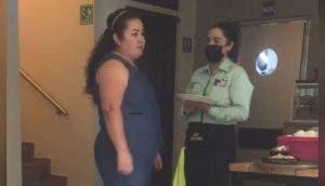 Una humilde empleada paga la cuenta de la mujer que se negó a pagar el consumo de 18 personas