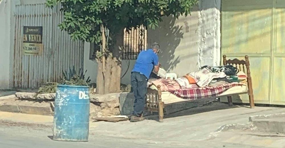 Desolado abuelito de 80 años suplica ayuda, sus hijos lo echaron a la calle tras morir su esposa