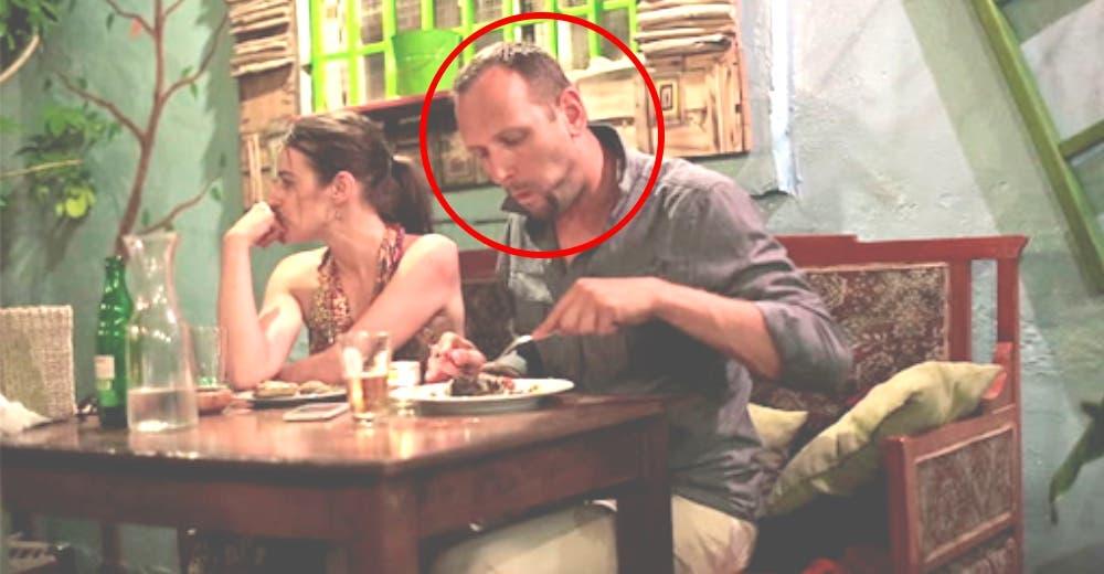 Va al baño del restaurante para alertar a la policía y salvar a una mujer de su pareja