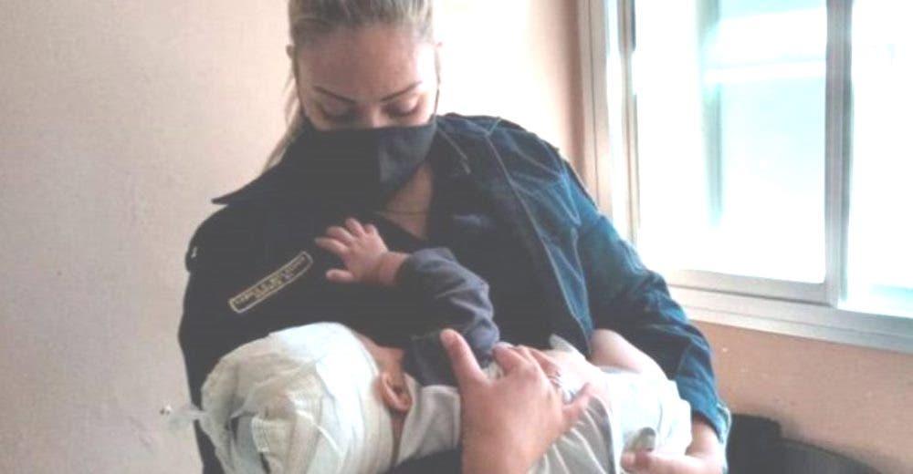 Mujer policía decide amamantar al bebé que estaba a cargo de las autoridades, lloraba adolorido