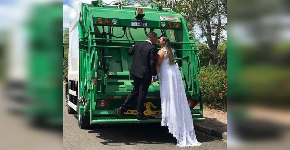 La novia elige fotografiarse sobre el camión de basura para homenajear a su esposo