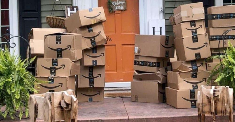 Incrédula, abre las 500 cajas de Amazon que recibió en su casa por error