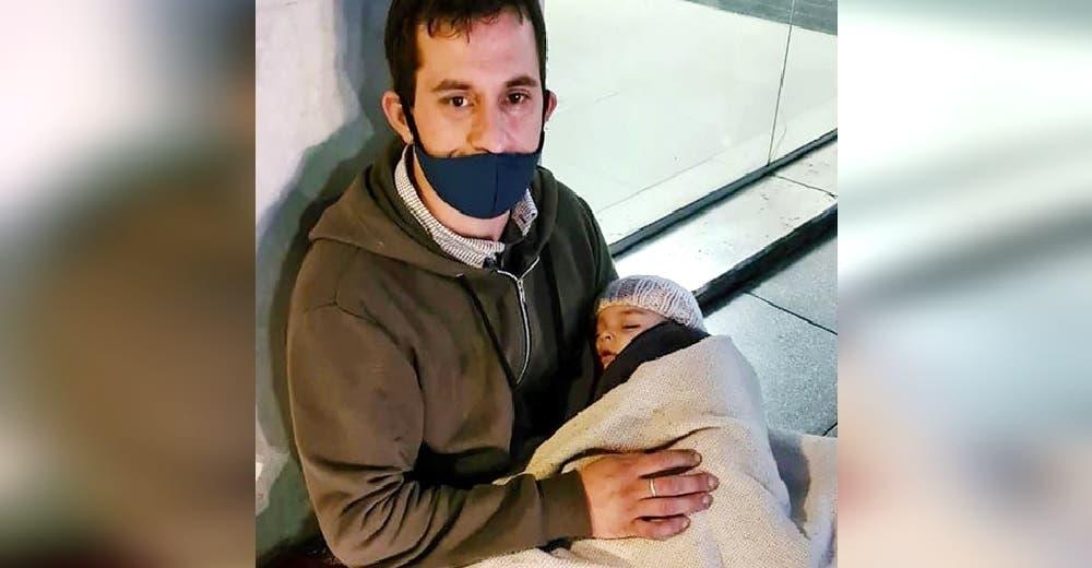 Ayudan al desesperado hombre que pedía limosna en la calle con su bebé de 5 meses