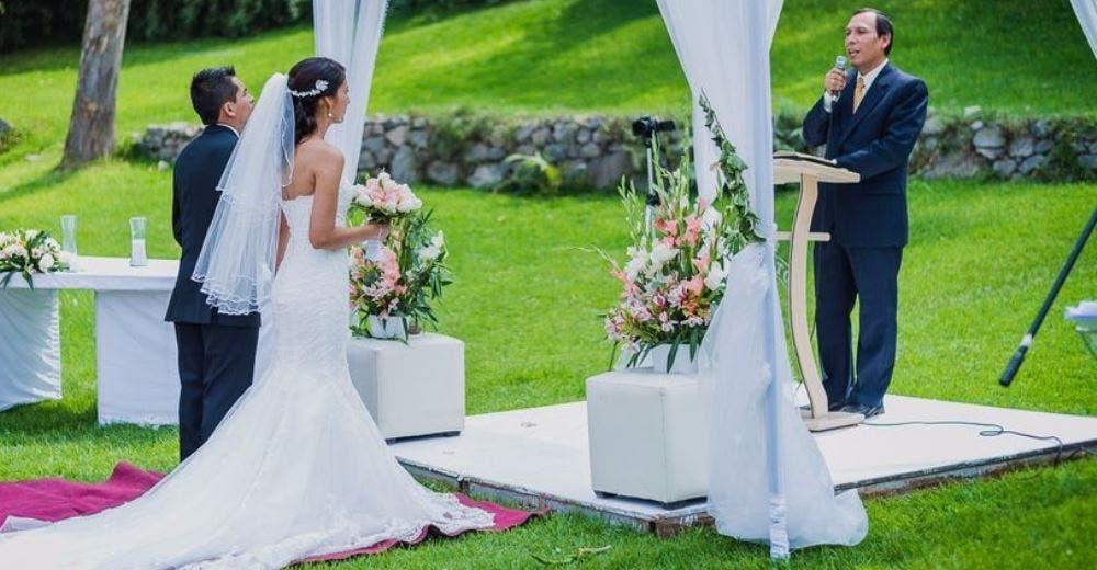 El pastor condena en público el comportamiento de la dama de honor y la novia en la boda