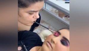 Se convierte en maquilladora profesional usando su boca porque no puede mover sus brazos