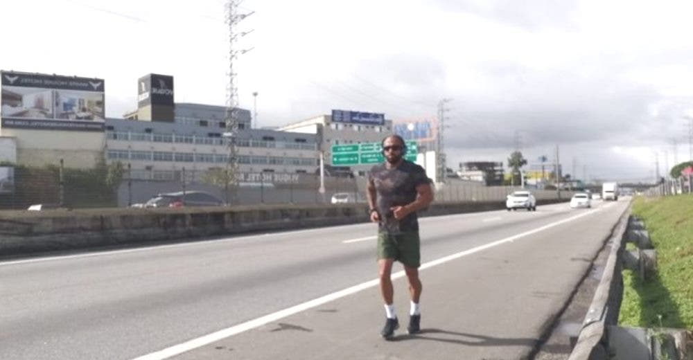 Camina 428 Km durante 3 días para entregar un sobre y pedir ayuda para su esposa