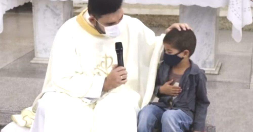 Interrumpe la misa para pedirle al cura que rece por su tío – «Este niño me tomó por sorpresa»
