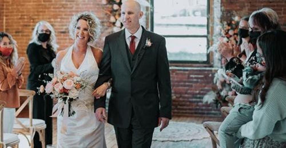 Hombre de 56 años con Alzheimer precoz se enamora de nuevo de su esposa y le pide matrimonio