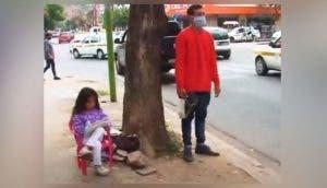 Sin dinero, acude con su hija de 6 años a un semáforo con la esperanza de conseguir empleo