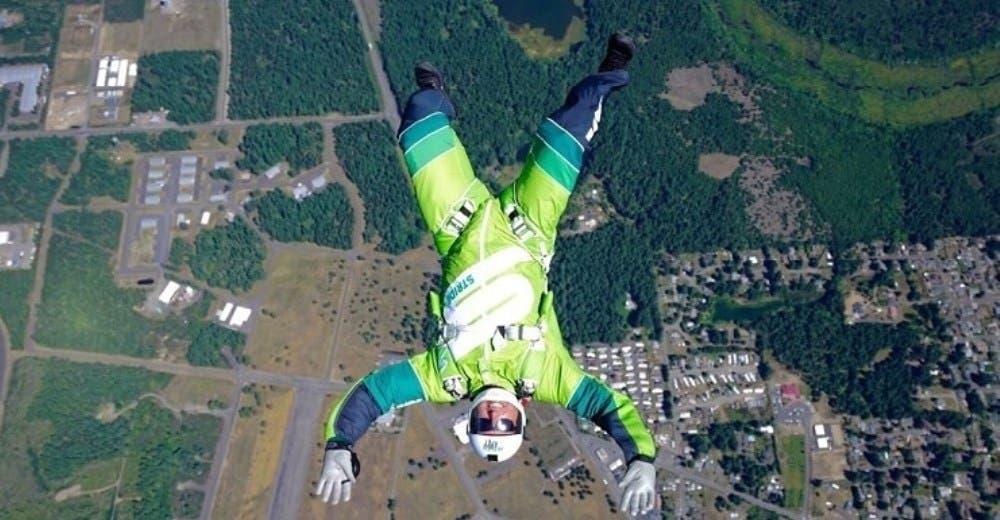 Salta desde un avión sin usar paracaídas a más de 7 mil metros de altura