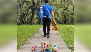 Un joven se va lejos de casa y su madre lo despide emocionada con sus juguetes en la puerta