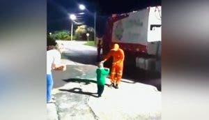 Se impresionan al ver a un niño de 3 años correr hacia los humildes recolectores de basura