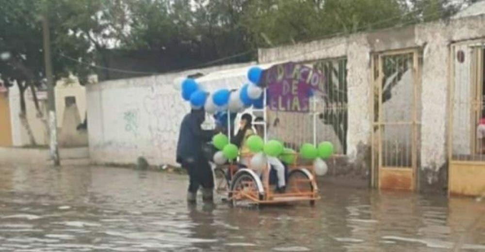 Un humilde padre acude a la caravana de graduación de su hijo con su triciclo decorado