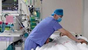 «La doctora gritó en el pasillo» – Un enfermero se alarma y llora al ver a su madre en la UCI