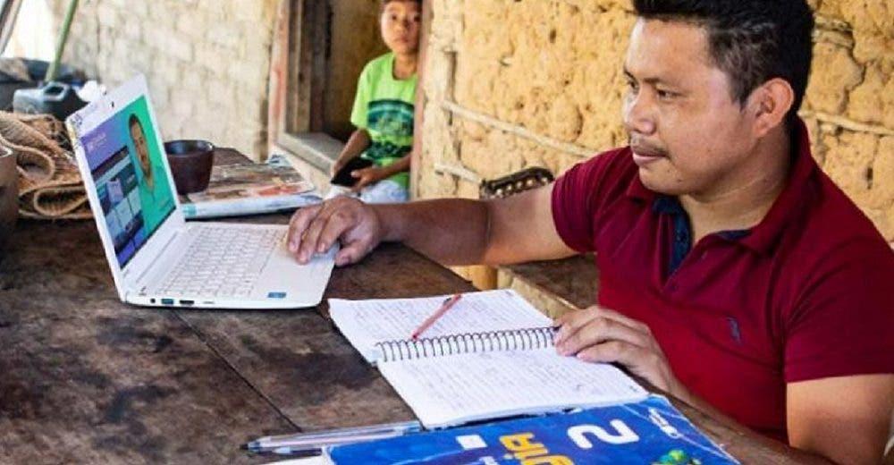 Un joven indígena deja su humilde casa y logra entrar a la universidad para estudiar medicina