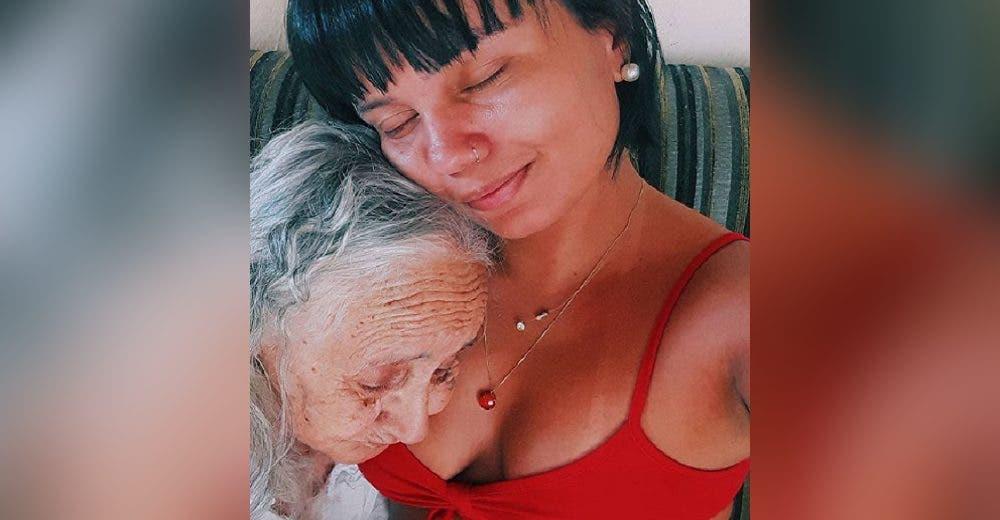 «Te convertiste en mi niña» – Se dedica a cuidar a su abuelita aunque no puede recordarla