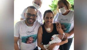 Conocen por primera vez a su bebé que nació mientras se encontraban intubados en la UCI