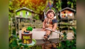 Celebra sus 8 meses de vida en agua del Amazonas para honrar sus raíces indígenas