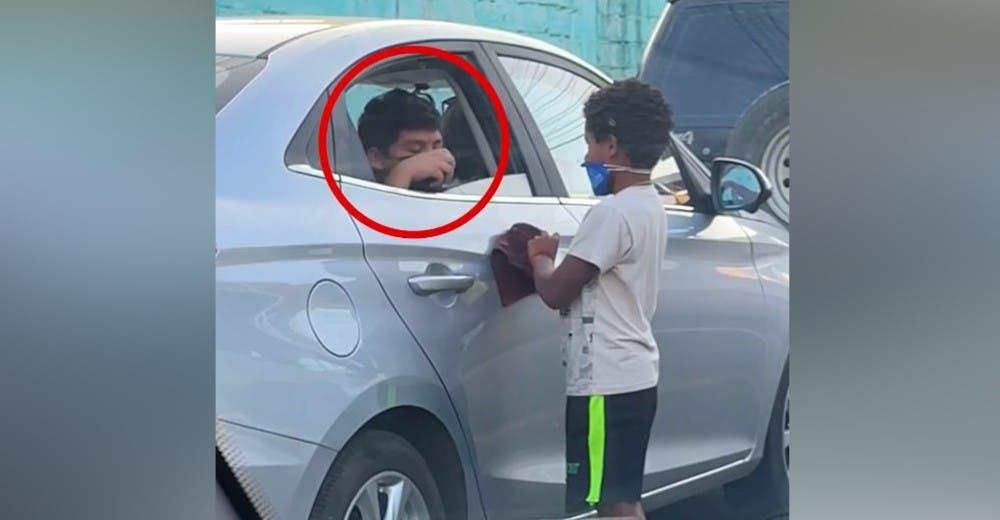 Le regala su juguete al humilde niño que limpia cristales en la calle para sobrevivir