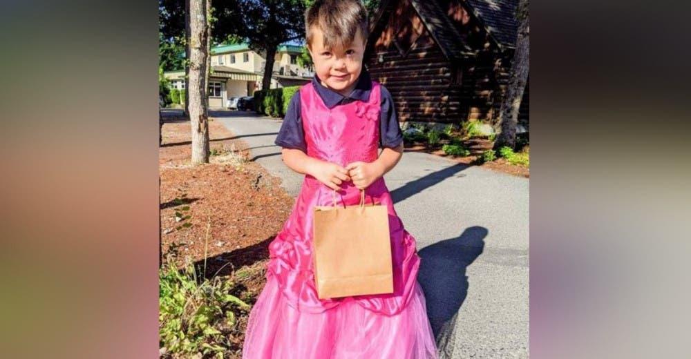 Le pide a su papá que difunda su foto con vestido rosa para que otros niños no tengan miedo