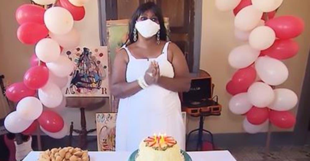 Celebra por primera vez su cumpleaños tras 38 años aislada en casa de quienes «la adoptaron»