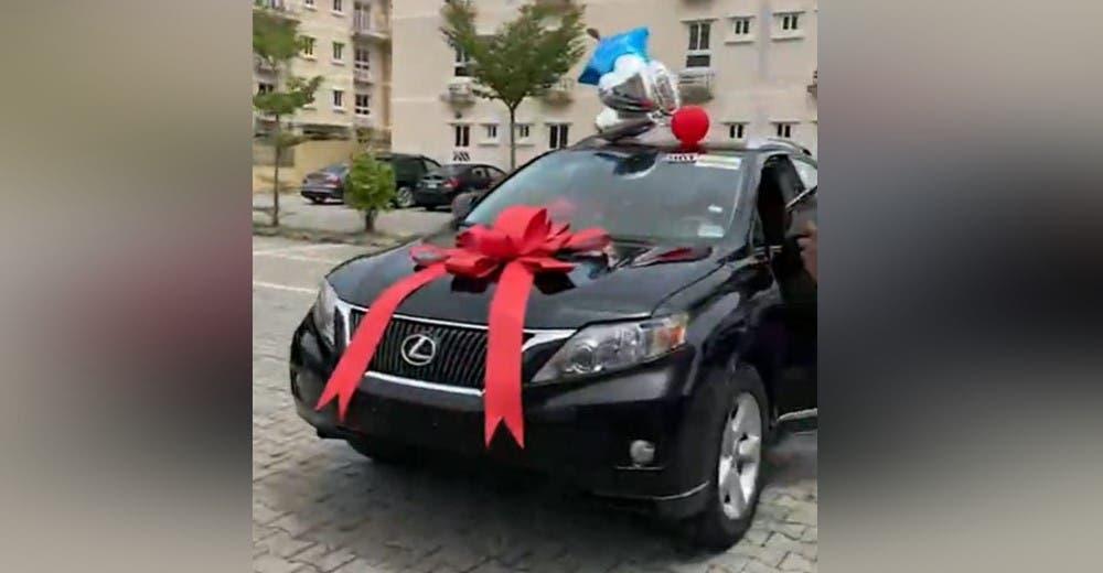En su cumpleaños sus amigos le obsequiaron un lujoso auto para celebrar su vida