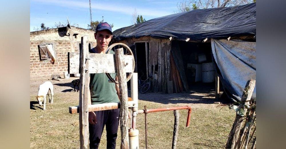 Solamente con una pala construye un pozo para que su humilde familia pudiera tener agua potable