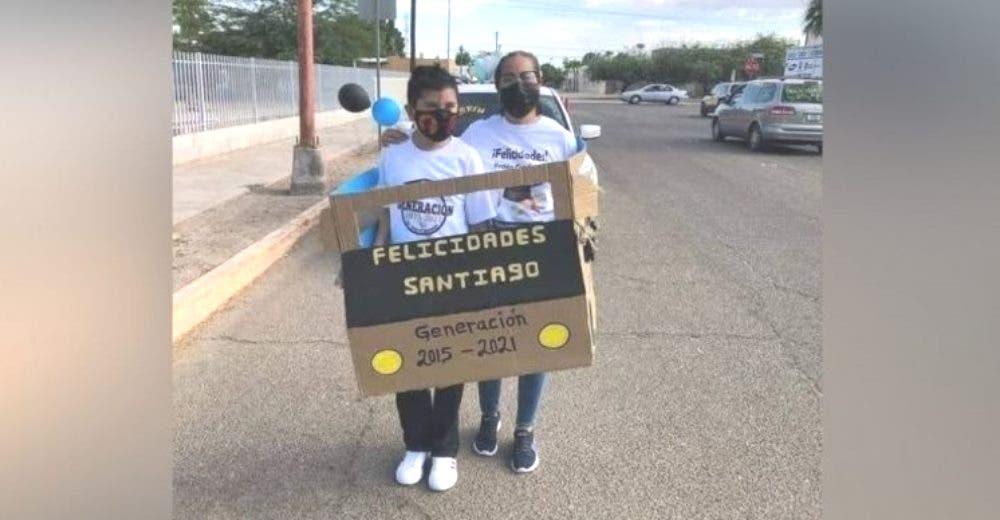 Lleva a su hijo a su caravana de graduación en un humilde auto de cartón hecho por ella