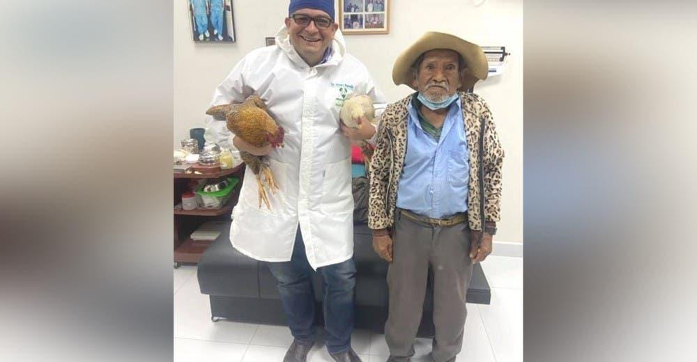 Le lleva 2 gallinas al médico que le salvó la vida porque es lo único que tenía para pagarle